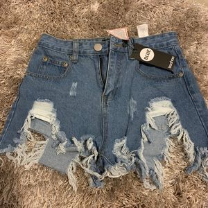 Boohoo NWT distressed jean shorts